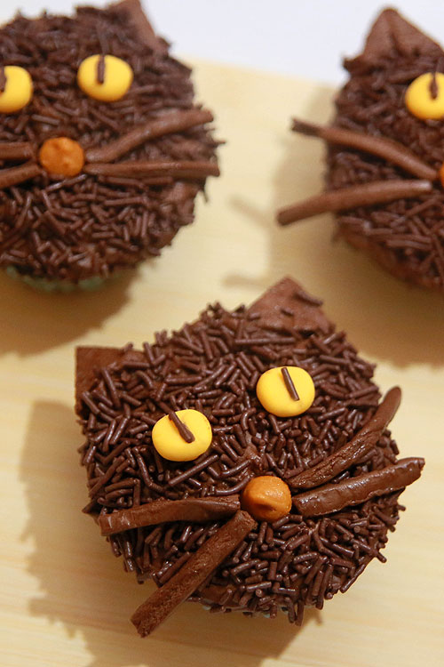 18 easy halloween cupcake ideas recipes decorating tips for halloween cupcakesdelishcom - Easy To Make Halloween Cakes