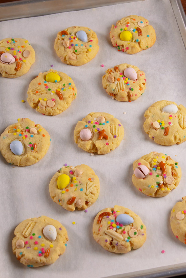Cake Batter Christmas Cookies These cookies use the best baking shortcut of all time: boxed cake mix. A fresh batch takes only 15 minutes to make, and that includes baking time.